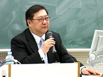 政治ジャーナリスト・角谷浩一さんの特別講演が開かれました。
